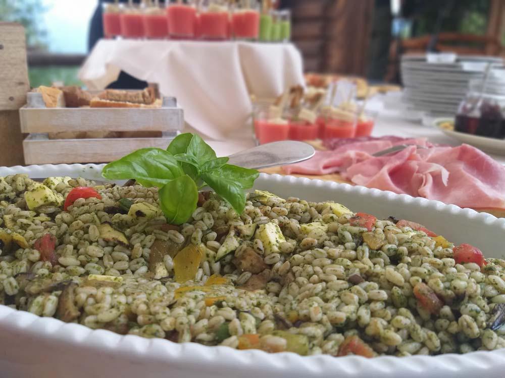insalata di orzo con verdure grigliate e primo sale vaccino con pesto di rucola